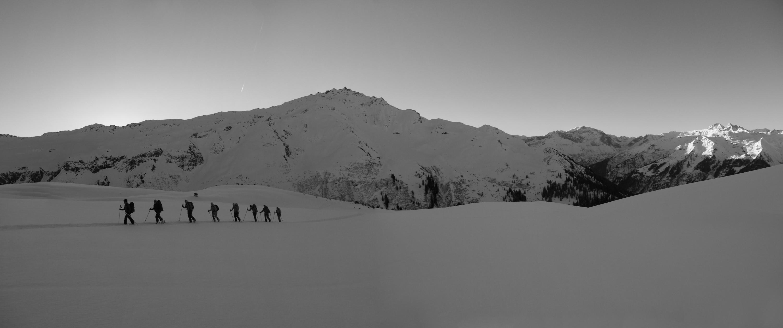 tourero.ch-Glarnerland-Skitourero-Cross_Gruppe_Aufstieg_matinale_Panorama1sw